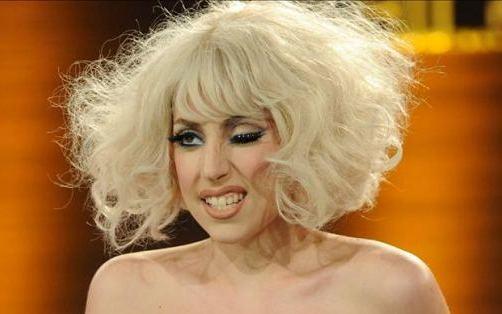 VIDEO: Lady Gaga se cae de espaldas en un concierto en Houston