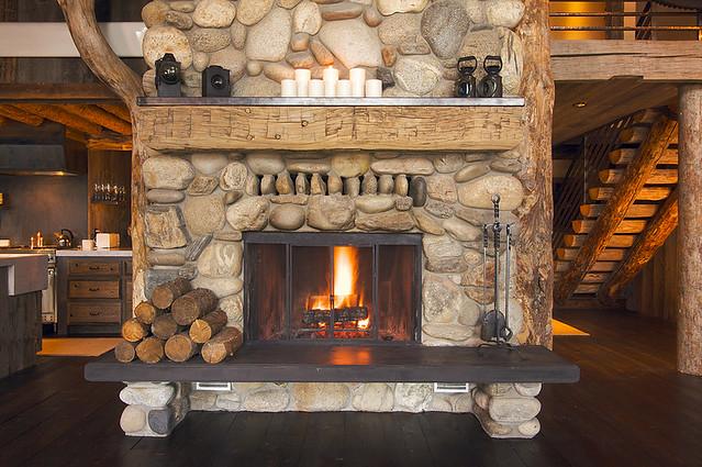 Интерьер гостиной в доме с камином фото
