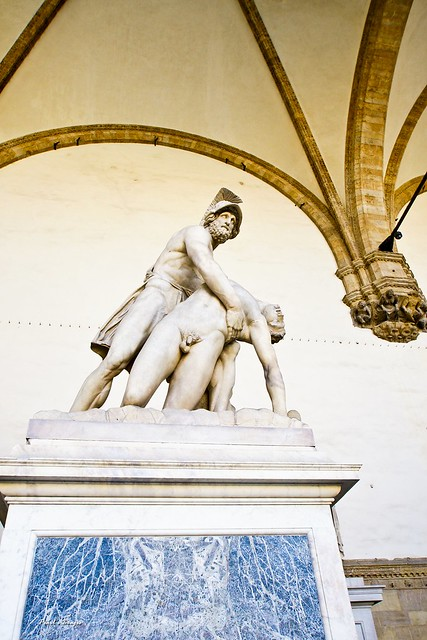 墨涅拉俄斯扶起帕特羅克洛斯的身體