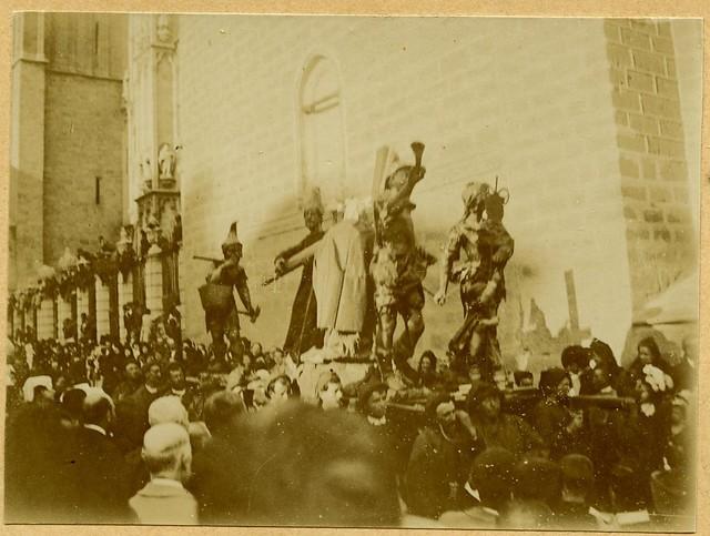 Procesión de Semana Santa a principios del siglo XX. Fotografía de D. Pedro Román Martínez. Diputación de Toledo, Centro de Estudios Juan de Mariana