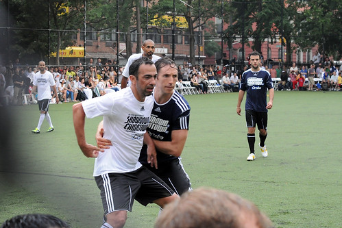 Steve Nash vs Youri Djorkaeff... 這是在...卡位搶籃板?