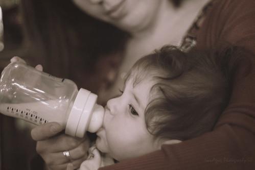 mamma che allatta bimbo con biberon