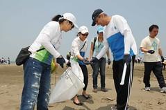渣打國際商業銀行總經理康暉杰和全台超過2000位企業志工在全台灣三處海灘同步淨灘