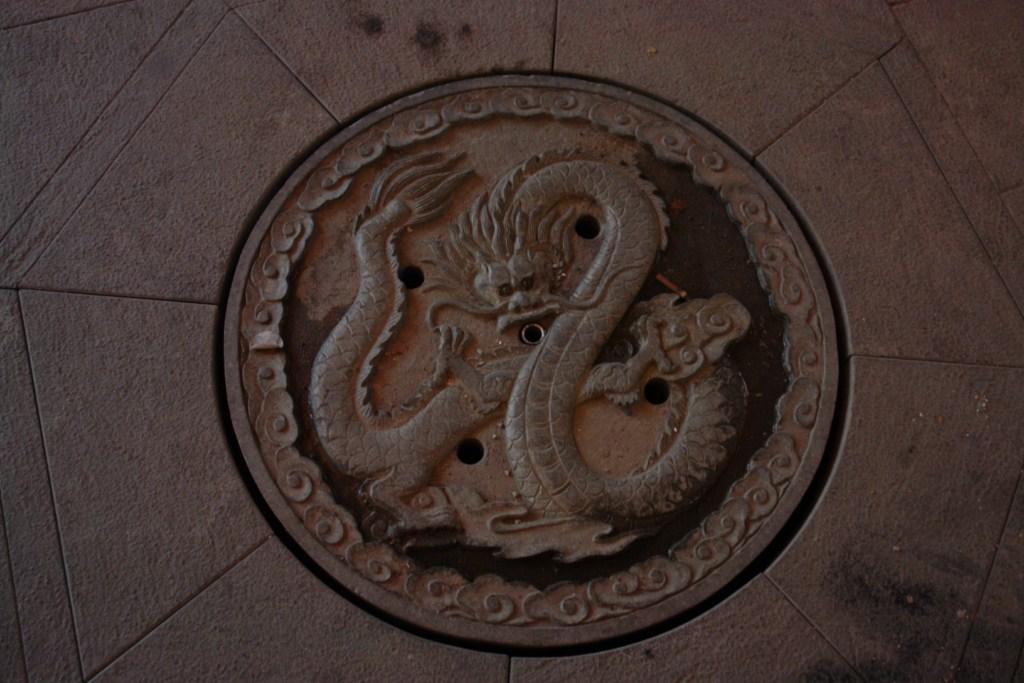 Tapa de alcantarillado en el interior de la Antigua Ciudad de Shanghai