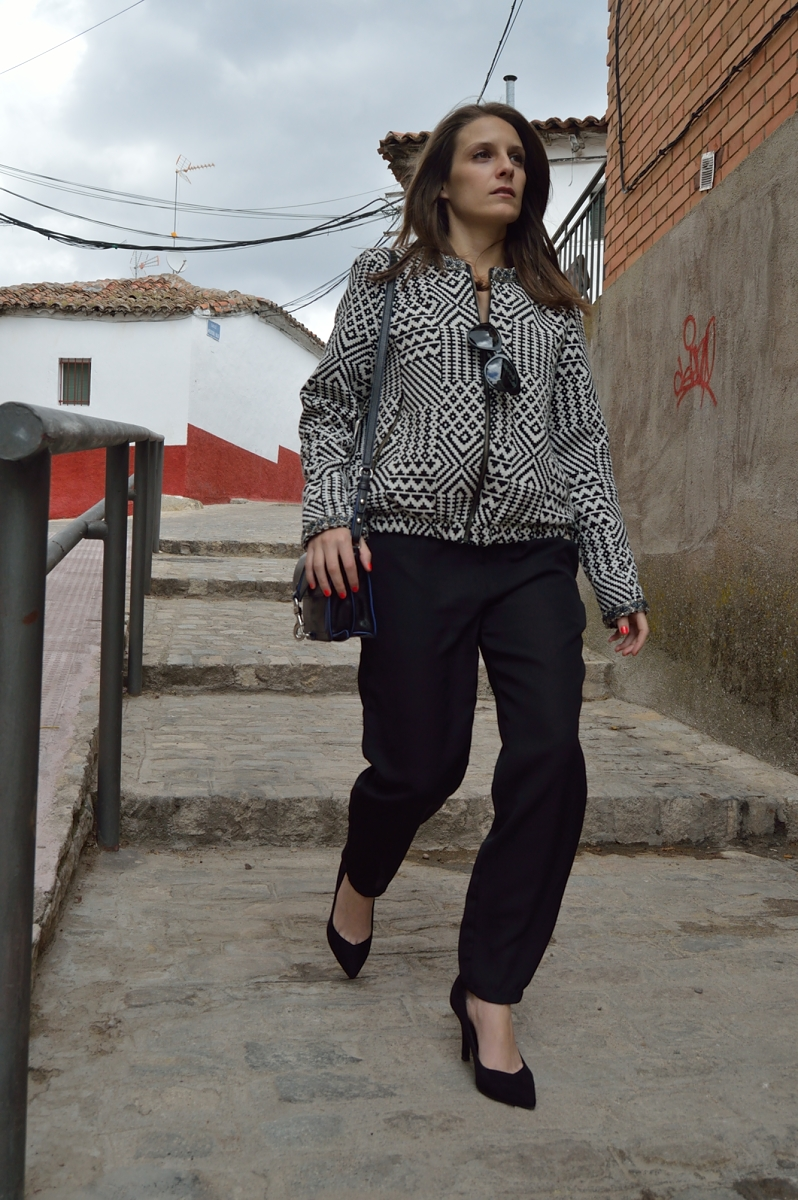 lara-vazquez-madlula-blog-black-jumpsuit-geometric-look-walk