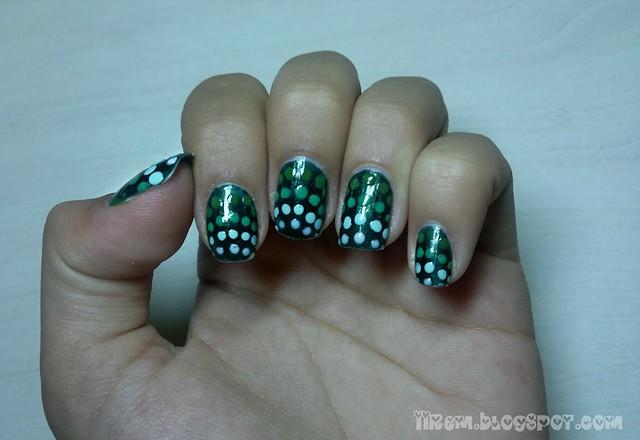 Gradient Polka-Dot Manicure (1)
