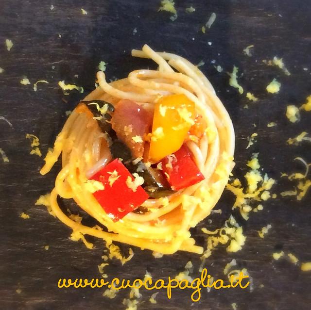 spaghetti peperoni, zuchine e cipolla tropea