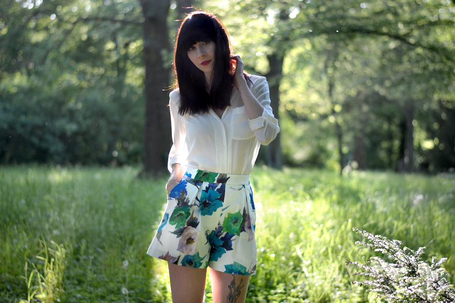Zara floral shorts white blouse mango birkenstock sandals birks summer sunny lovely photo shoot CATS & DOGS fashion outfit ootd blog Berlin 3