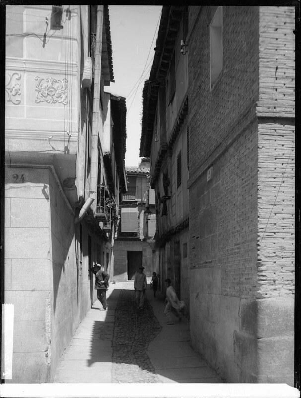 Callejón de Bodegones a comienzos del siglo XX. Fotografía de J. Lacoste © MECD, Fototeca del IPCE, signatura VN-22672_P