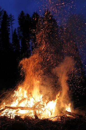 wood eve canon easter fire eos austria abend österreich wiese flame 7d gras tradition ostern tamron feuer wald flammen osterfeuer brauchtum rottenmann canoneos7d 18270mm burgtorsiedlung