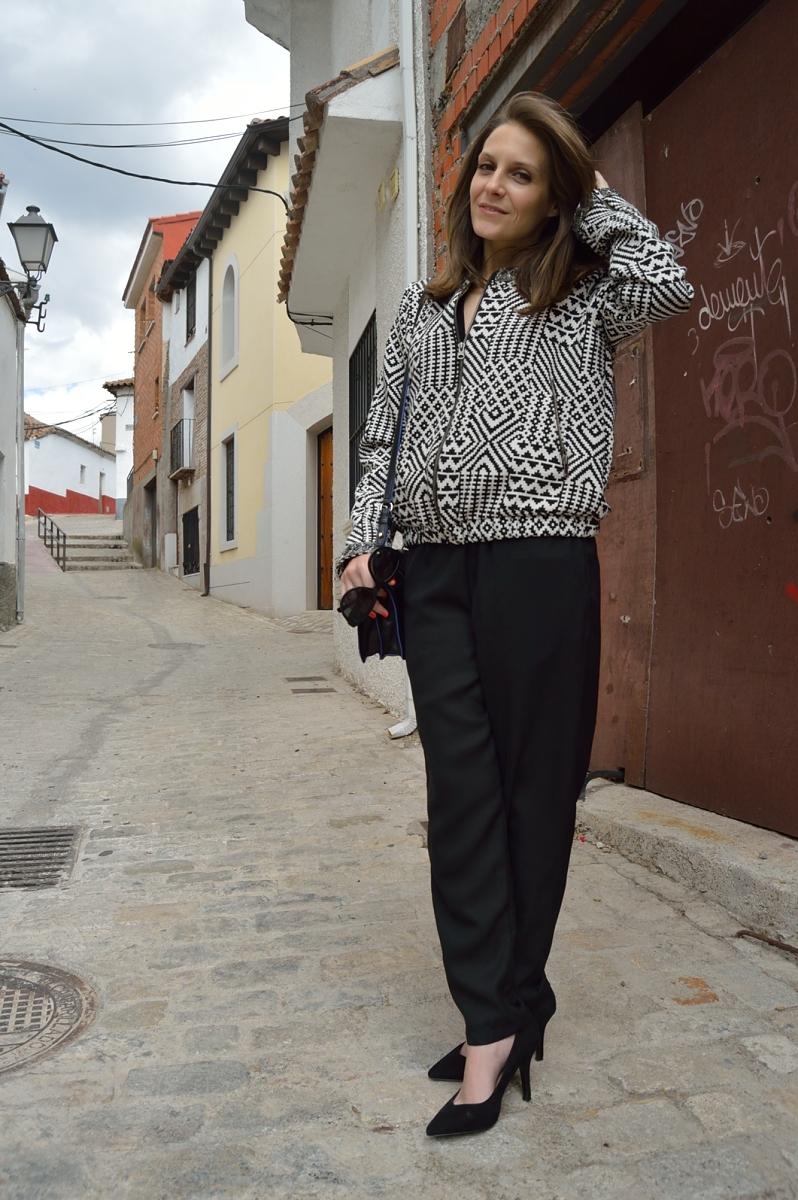lara-vazquez-madlula-blog-style-streetstyle-black-on-black-geometric-bomber