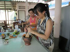 making the papaya salad