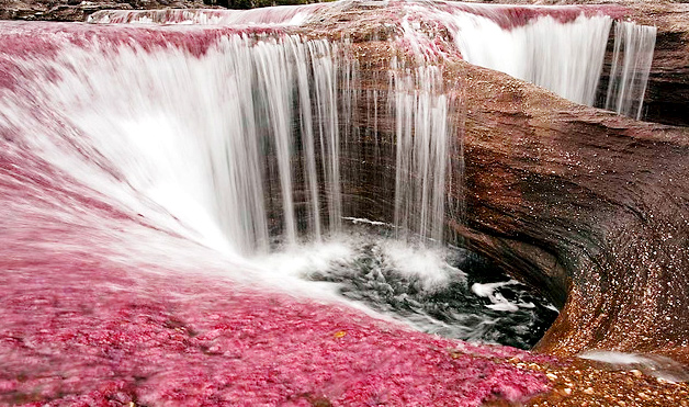 さくら色に染まるカーニョ・クリスタレスの小さな滝