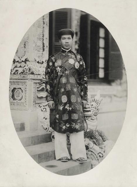 Hue 1928 - Sa Majesté Bao Dai en tenue jaune