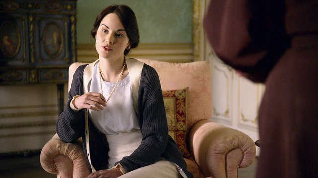 DowntonAbbeyS01E07_Marypearls_cardigan