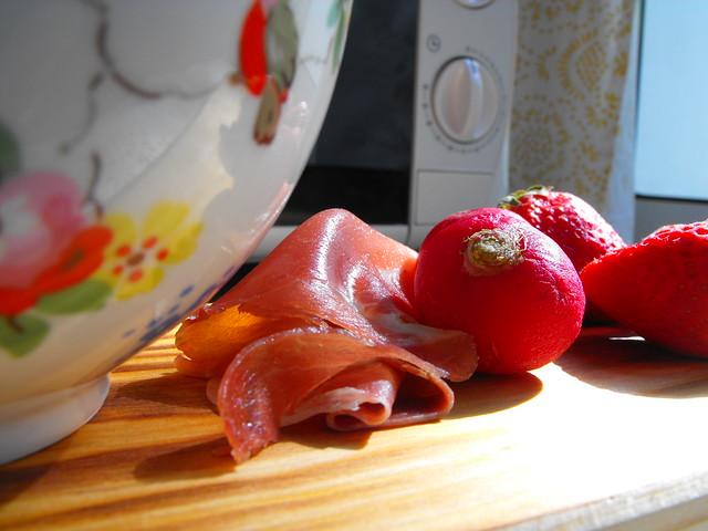 Salada de presunto com morangos e rabanetes