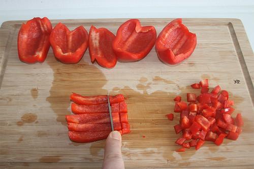 23 - Paprika entkernen & würfeln / Deseed & dice bell pepper