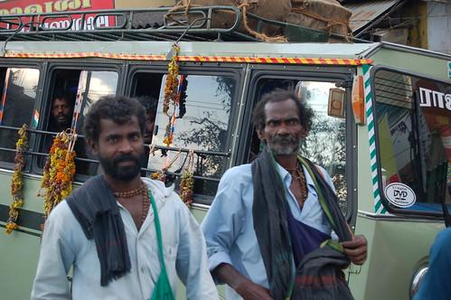 In Periyar kommen Busse mit Pilgern an