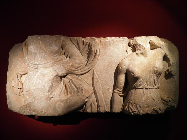 Bloc d'un haut-relief représentant deux amazones au combat, l'une d'elles se saisit d'un Grec, haut-empire romain, MSR, Musée Saint-Raymond