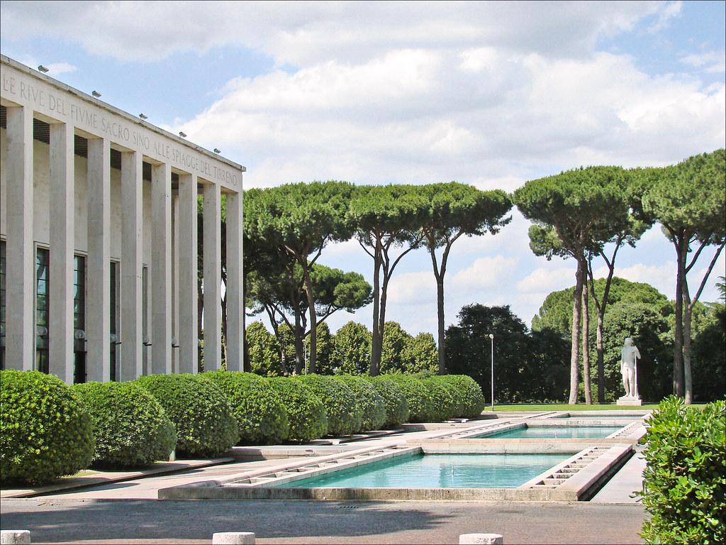 Le palazzo degli Uffici par l'Architecte : Gaetano Minucci dans le quartier EUR de Rome - Photo de Jean Pierre Dalbéra.