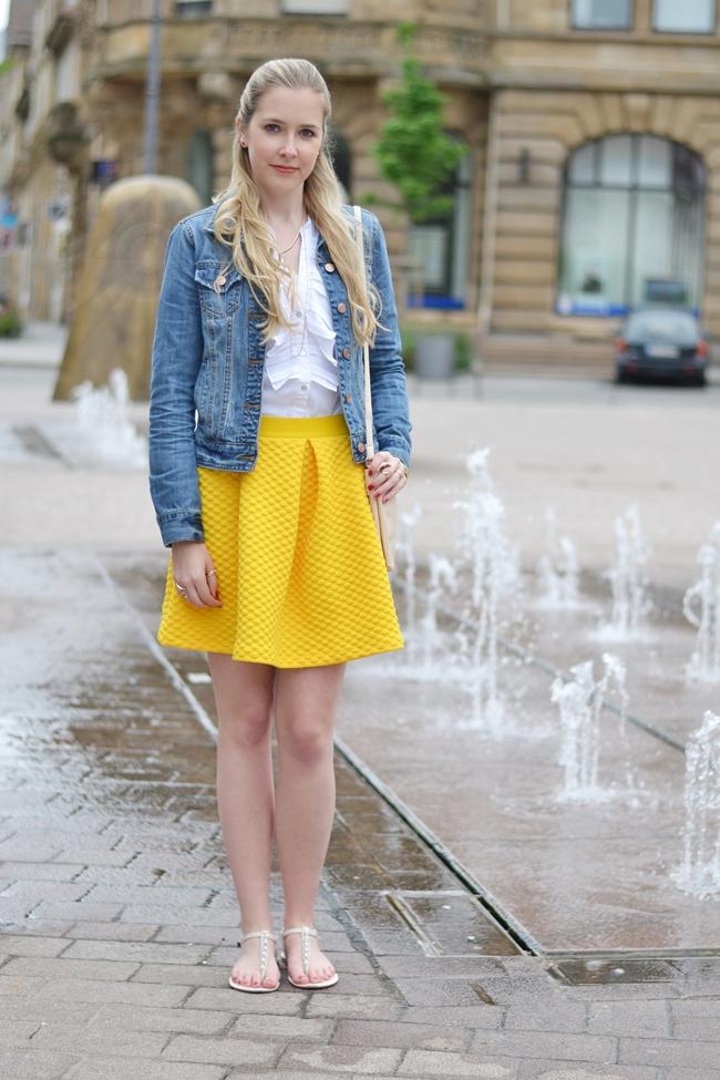 Springbrunnen und gelbe Röcke (1)