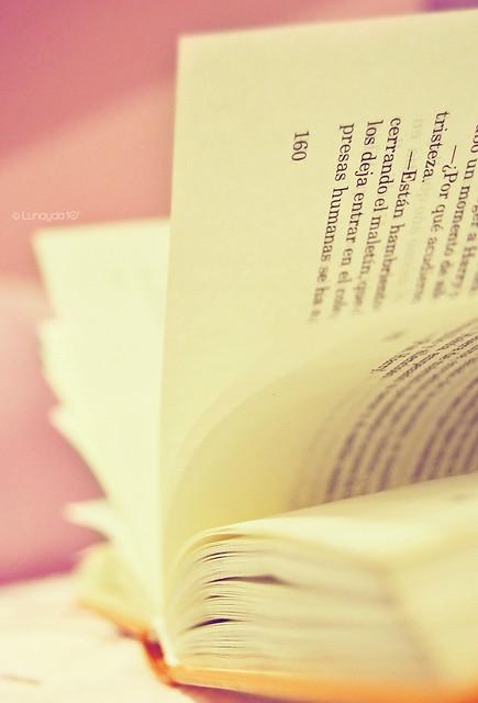 La chica del libro naranja