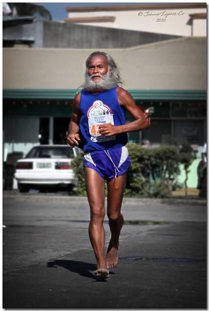 stari deda trči