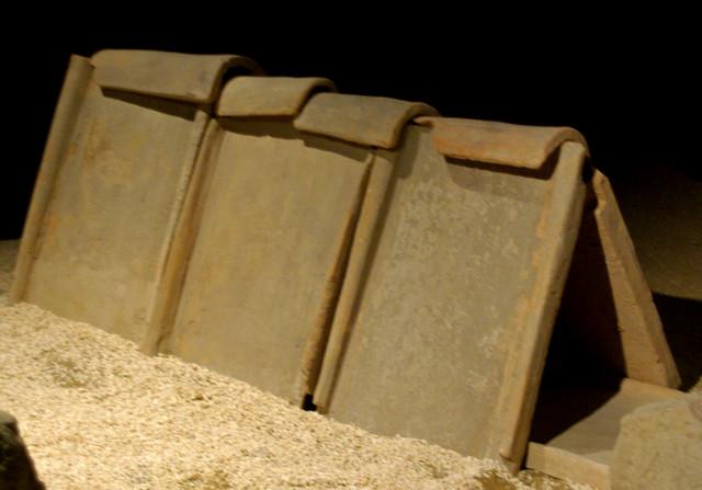 Sepultura feta amb teules, Museu de Badalona