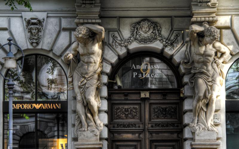 Statue d'un palais sur l'avenue Andrassy à Budapest.