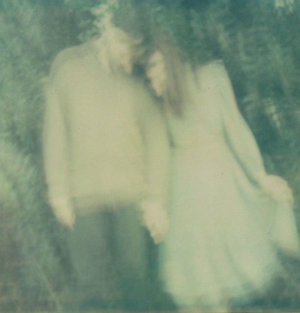 LE LOVE BLOG BLURRY PHOTO PIC IMAGE OF COUPLE HOLDING HANDS LOST LOVE Untitled by Aëla Labbé, on Flickr
