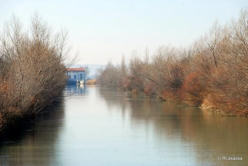 El río Aragón en Caparroso, Navarra by Rufino Lasaosa