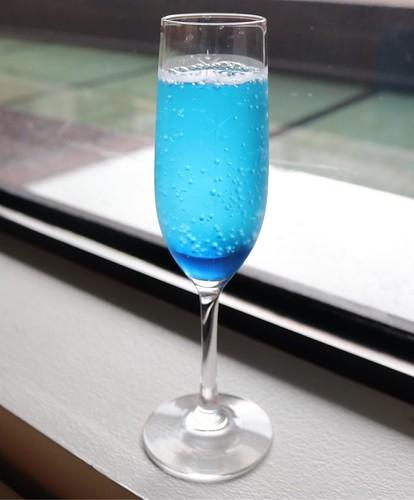 会期中限定の、江戸切子のグラスで飲むことができる「KIRIKO GREEN(メロンソーダ)」、「KIRIKO BLUE(ブルーソーダ)」各350円もおすすめ。