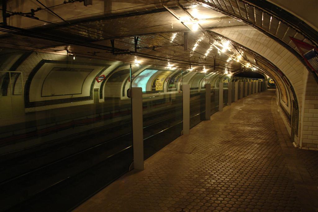 Por la estación de Chamberí siguen circulando los trenes cada 2 minutos, pero ya no es necesario apoyar las manos en el cristal, ahora la estación está iluminada. Fantasmas bajo la ciudad de Madrid - 5379834849 d60e576993 o - Fantasmas bajo la ciudad de Madrid
