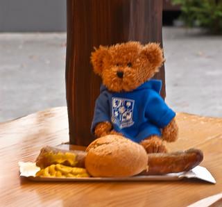 Rovers Bear mit Bratwurst mit Senf und Brotchen