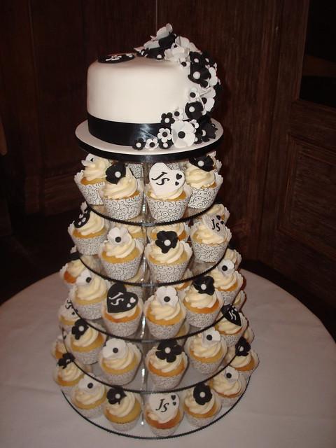 Sherry Jonathan 39s Black White wedding cupcake tower