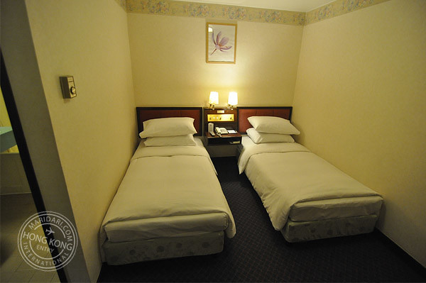 Evergreen hotel hong kong twin bedroom without windows for Small hotel room