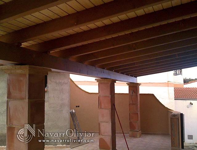 Porche con pilares de obra porche para terraza en madera for Tejados y cubiertas de madera