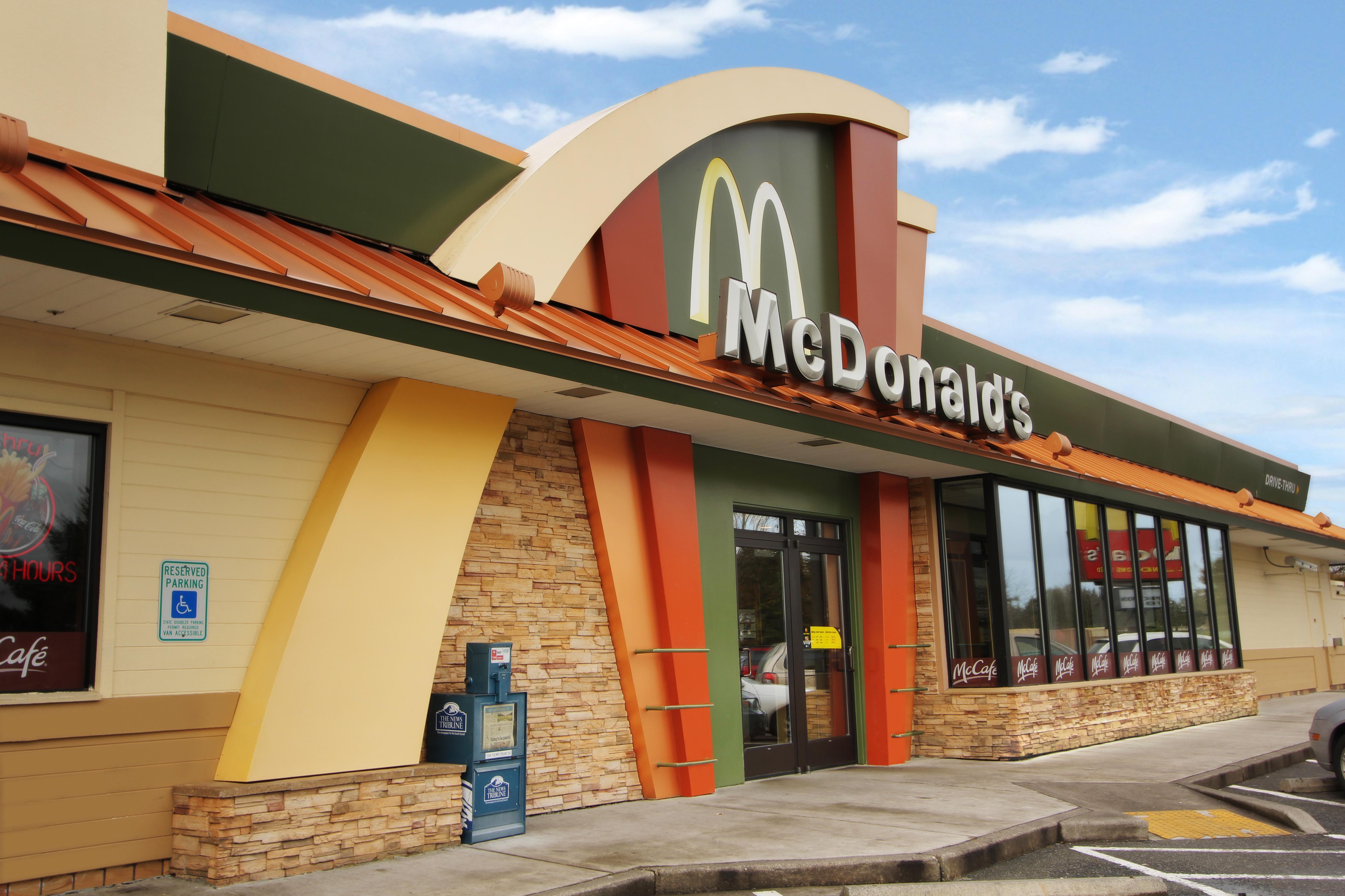 Restaurant decor design restaurant franchise design for Mcdonalds exterior design