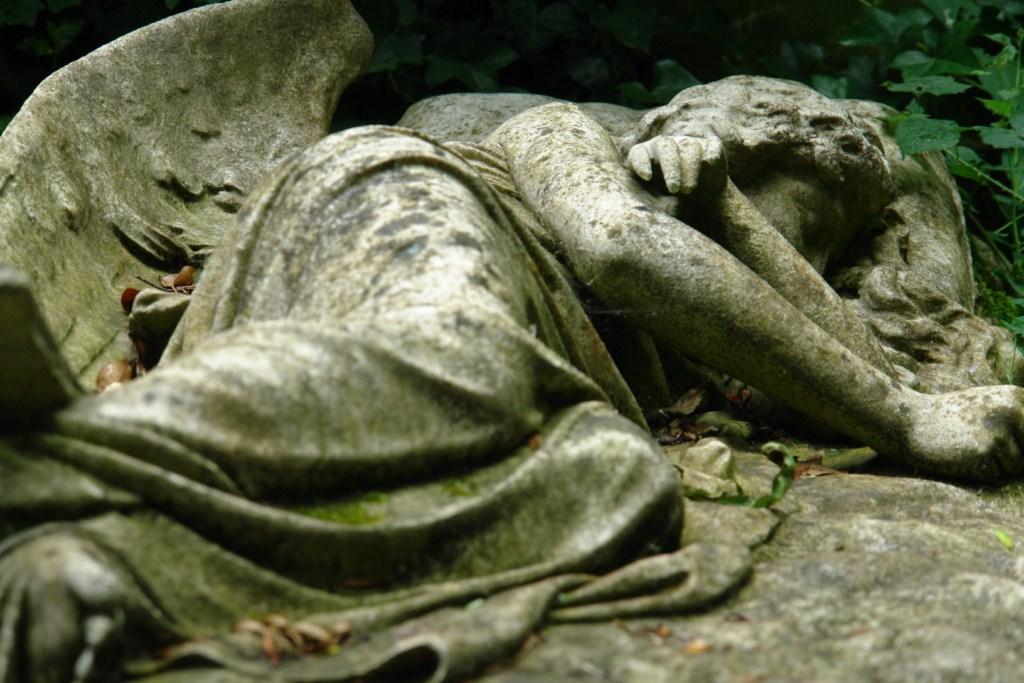 Ángel alado descansando sobre una musgosa lápida, una obra de arte. highgate cemetery - 5517158473 0b059ace87 o - Highgate Cemetery de Londres, donde a la muerte se le llama arte