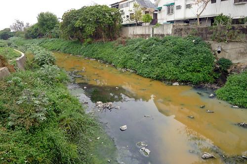 水污費即將開徵,盼能遏止亂排廢水,做好減排及回收。圖為2011年3月,永康大排又見橘色廢水。攝影:晁瑞光攝