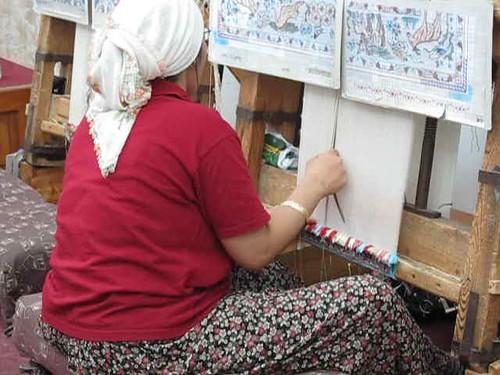 Fabrique de tapis turcs - Tisseuse de tapis de soie au travail