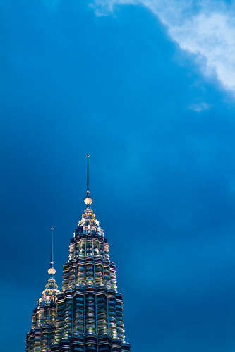 Petronas Twin Towers at Dusk / SML.20110204.7D.07347