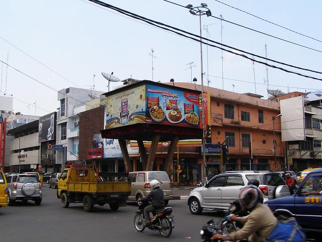 白天的棉蘭街道上都擠滿了各種交通工具