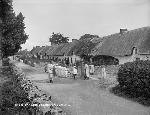 ireland girls children wells pump barefoot limerick munster broadstreet adare thatched cottages glassnegative hayrick robertfrench williamlawrence nationallibraryofireland lawrencecollection munsterset antsráidleathan