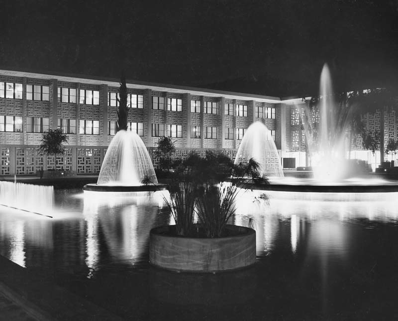 A night photo of Stanford Hospital and fountains