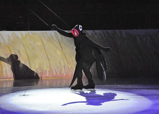 Bilde av Mustekala. show ice helsinki skating performance cc human creativecommons figureskating iceshow luistelu jää peppi jäähalli peppipitkätossu ihminen ccbysa pitkätossu esitys taitoluistelu muodostelmaluistelu peppipitkatossushow jäätanssi jääshow