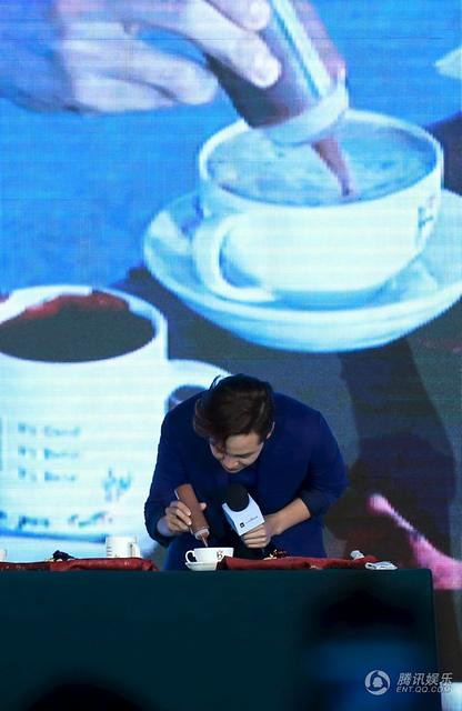 [article] JKS showed his cuteness, his love of eating, gave fans short floral pants on stage 14010778536_fa40b9d3c0_z
