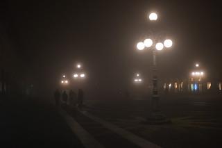 Bild av Piazza Ducale. people italy mist fog evening italia gente persone piazza nebbia lombardia sera vigevano piazzaducale leicam9 angeloamboldiphotos