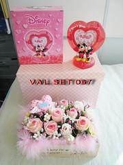 VAL SET 067  正版 DISNEY 米奇 美妮 心形樹脂相架 / 木座花花擺設禮合套裝