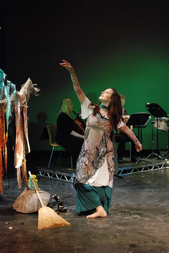 Anikó Tóth - Green dance - photo Malcolm Johnson